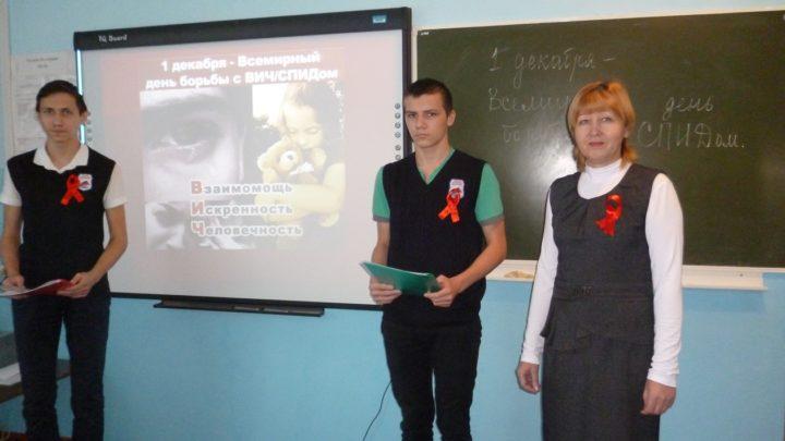 Ученики стоят рядом с учителем