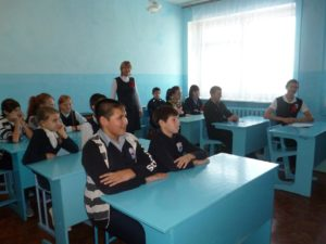 Ученики сидят за партой