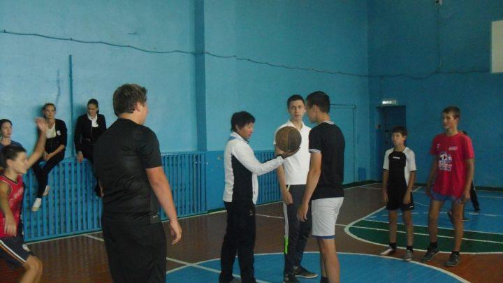 Дети играют в баскетол