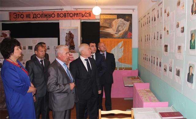 Почетные гости осматривают экспозицию