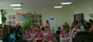 Дети стоят с пирогами