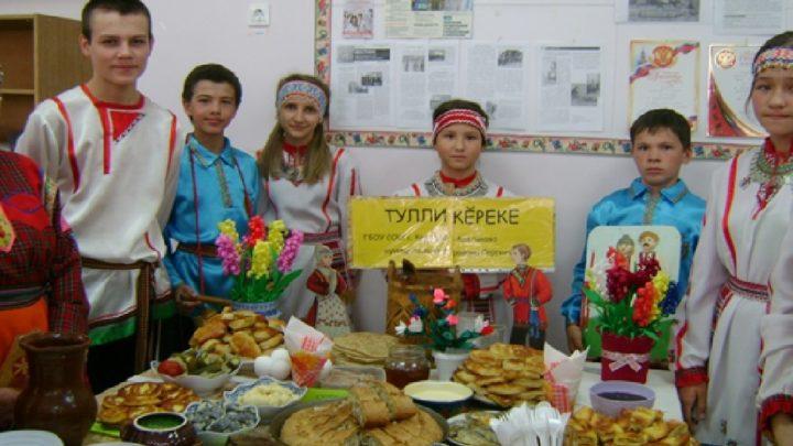 Дети показывают стол с приготовленной едой