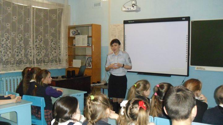 Инспектор объясняет детям ПДД