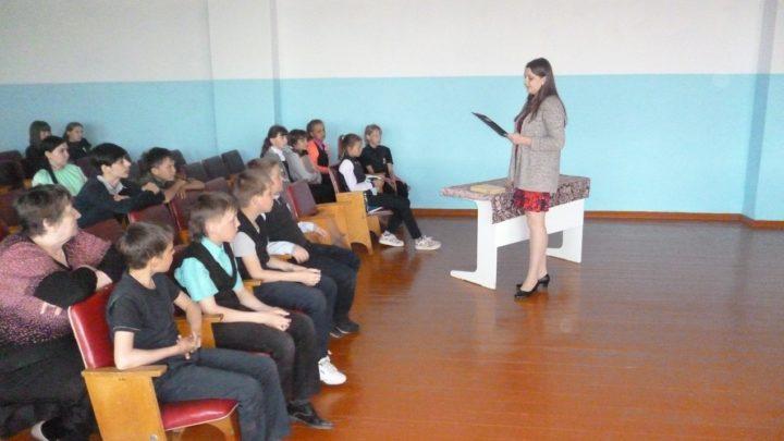 Учитель читает детям