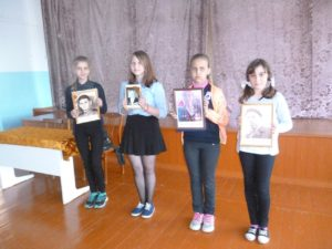 Дети стоят фотографиями