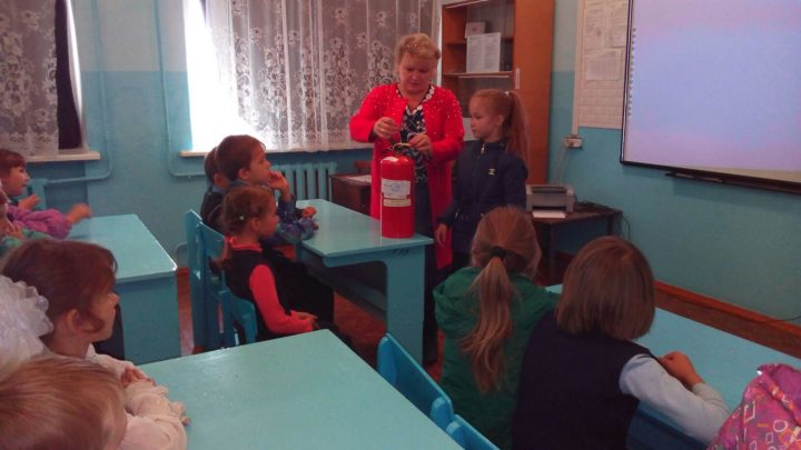 учитель объясняет тему урока